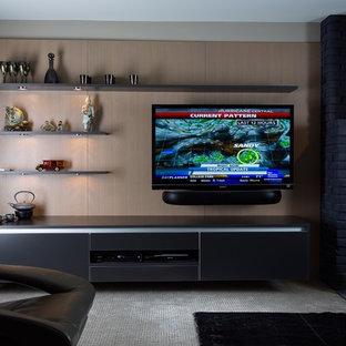 アトランタの中サイズのコンテンポラリースタイルのおしゃれなファミリールーム (標準型暖炉、レンガの暖炉まわり、壁掛け型テレビ、ベージュの壁、カーペット敷き) の写真