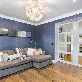ボストンの大きいトランジショナルスタイルのおしゃれな独立型ファミリールーム (青い壁、無垢フローリング、茶色い床) の写真