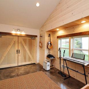 シアトルの中サイズのインダストリアルスタイルのおしゃれなファミリールーム (コンクリートの床、暖炉なし、ベージュの壁、ミュージックルーム、グレーの床) の写真