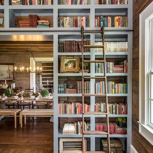 Inspiration för lantliga allrum, med ett bibliotek, bruna väggar och mellanmörkt trägolv