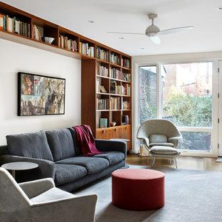 Idee per un soggiorno minimalista con libreria e pavimento in sughero