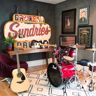 他の地域の中サイズのエクレクティックスタイルのおしゃれなファミリールーム (ミュージックルーム、グレーの壁、無垢フローリング、茶色い床) の写真