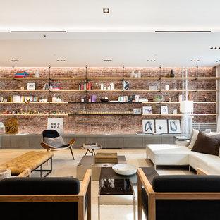 Idéer för ett industriellt allrum med öppen planlösning, med ett bibliotek, vita väggar och ljust trägolv