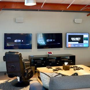 Mittelgroßer Country Hobbyraum ohne Kamin, im Loft-Stil mit beiger Wandfarbe, Wand-TV, Linoleum und Kaminsims aus Stein in Atlanta