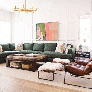 Idee per un soggiorno nordico con pareti bianche, parquet chiaro e pavimento beige
