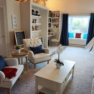 デンバーの中サイズのビーチスタイルのおしゃれな独立型ファミリールーム (白い壁、カーペット敷き、白い床) の写真