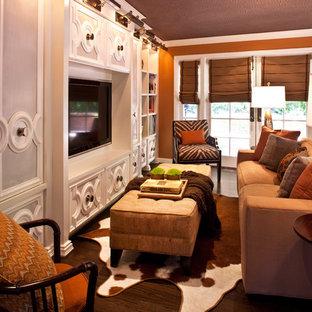Idée de décoration pour une salle de séjour tradition ouverte avec un mur orange, un sol en bois foncé et un téléviseur fixé au mur.