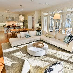 Immagine di un soggiorno tradizionale aperto con pareti beige e pavimento in legno massello medio