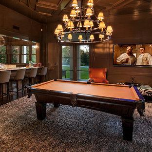 Cette photo montre une salle de séjour chic ouverte avec salle de jeu, un mur marron, un sol en bois foncé et un téléviseur fixé au mur.