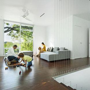 Aménagement Du0027une Salle De Séjour Mansardée Ou Avec Mezzanine Moderne Avec  Un Mur Blanc