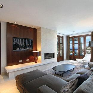 Großes, Offenes Modernes Wohnzimmer mit weißer Wandfarbe, Kalkstein, Gaskamin, gefliester Kaminumrandung, Wand-TV und beigem Boden in Atlanta