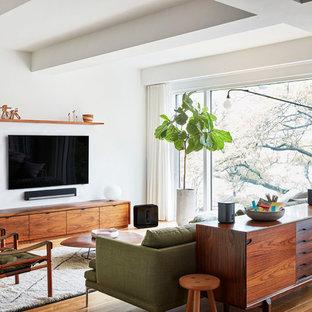 Ispirazione per un soggiorno scandinavo di medie dimensioni e chiuso con pareti bianche, parquet chiaro, TV a parete, nessun camino e pavimento beige