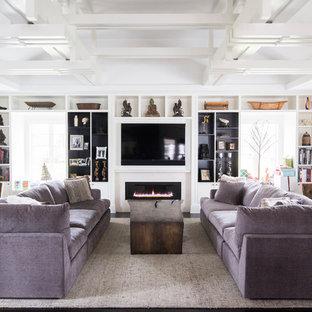 Klassische Bibliothek mit weißer Wandfarbe, dunklem Holzboden, Gaskamin und Multimediawand in New York