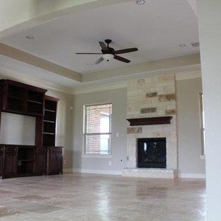ヒューストンの大きいトラディショナルスタイルのおしゃれなオープンリビング (グレーの壁、トラバーチンの床、標準型暖炉、レンガの暖炉まわり、埋込式メディアウォール) の写真