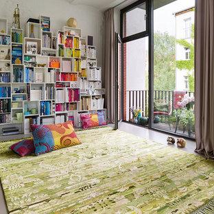 Idées déco pour une salle de séjour contemporaine fermée et de taille moyenne avec un mur blanc, béton au sol et un sol gris.