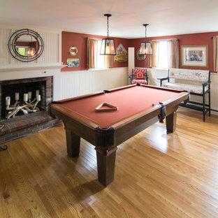 ボストンの中サイズのビーチスタイルのおしゃれな独立型ファミリールーム (ゲームルーム、赤い壁、標準型暖炉、レンガの暖炉まわり、据え置き型テレビ、淡色無垢フローリング) の写真