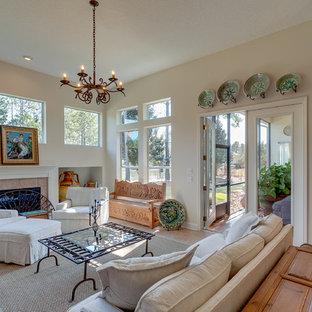 ジャクソンビルのトラディショナルスタイルのおしゃれなファミリールーム (ベージュの壁、セラミックタイルの床、標準型暖炉、タイルの暖炉まわり) の写真