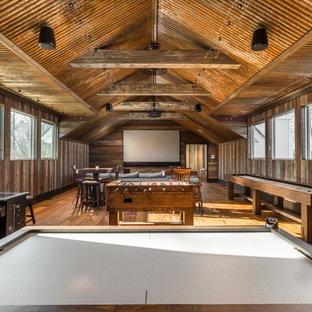 Idées déco pour une salle de séjour campagne ouverte avec salle de jeu, un mur marron, un sol en bois brun, aucune cheminée, un téléviseur fixé au mur et un sol marron.