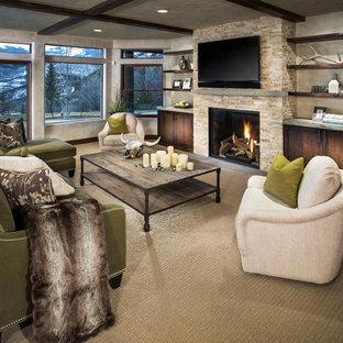デンバーの中サイズのコンテンポラリースタイルのおしゃれなファミリールーム (ベージュの壁、カーペット敷き、標準型暖炉、石材の暖炉まわり、壁掛け型テレビ、ベージュの床) の写真