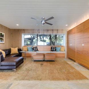 オースティンの中くらいのミッドセンチュリースタイルのおしゃれな独立型ファミリールーム (スレートの床) の写真