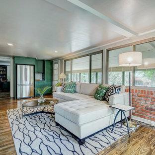 Ejemplo de sala de estar cerrada, clásica renovada, pequeña, con paredes blancas, suelo de madera en tonos medios, pared multimedia y suelo marrón