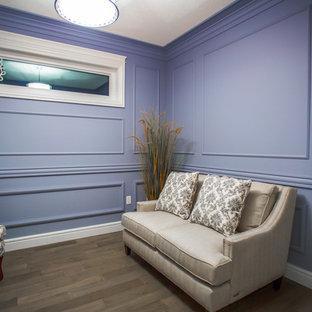 Diseño de sala de estar abierta, clásica, pequeña, sin chimenea y televisor, con paredes púrpuras y suelo de madera oscura