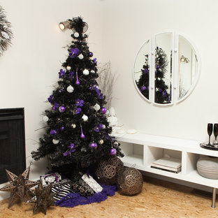 Réalisation d'une salle de séjour design avec un mur blanc, un sol en contreplaqué et une cheminée standard.