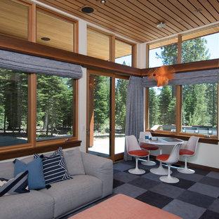 Idée de décoration pour une salle de séjour minimaliste de taille moyenne avec un mur blanc, moquette, aucune cheminée, un téléviseur encastré et un sol violet.