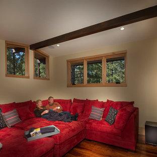 Ispirazione per un soggiorno rustico di medie dimensioni e chiuso con sala giochi, pareti beige, parquet scuro e TV a parete
