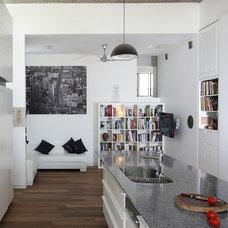 Family Room by Amitzi Architects