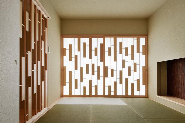 Japanese Family Room by FORM KOICHI KIMURA ARCHITECTS