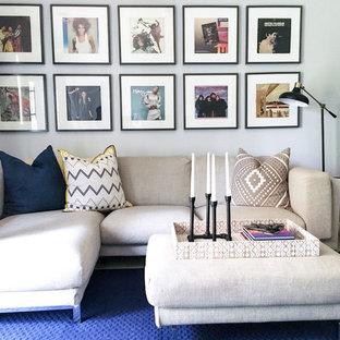 Aménagement d'une salle de séjour classique avec un mur blanc et un sol bleu.