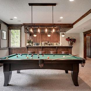 Imagen de sala de juegos en casa tradicional renovada con paredes grises