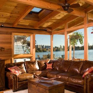 シアトルの大きいトランジショナルスタイルのおしゃれなファミリールーム (無垢フローリング、壁掛け型テレビ) の写真