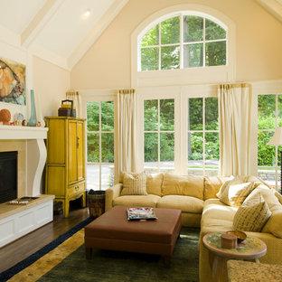 ポートランドの中サイズのトラディショナルスタイルのおしゃれな独立型ファミリールーム (ベージュの壁、濃色無垢フローリング、標準型暖炉、タイルの暖炉まわり、茶色い床) の写真