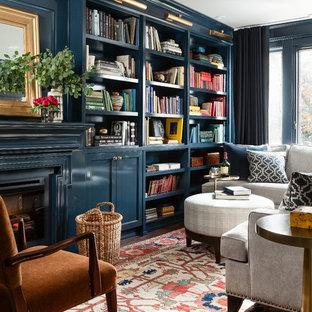 Idéer för att renovera ett litet vintage allrum, med blå väggar, en standard öppen spis och heltäckningsmatta