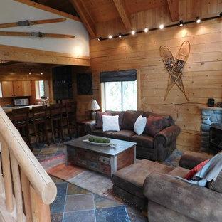 Foto de sala de estar tipo loft, de estilo americano, pequeña, sin televisor, con paredes marrones, suelo de pizarra, estufa de leña, marco de chimenea de metal y suelo marrón