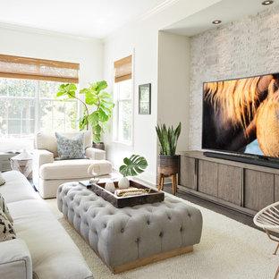 タンパのビーチスタイルのおしゃれなファミリールーム (白い壁、濃色無垢フローリング、暖炉なし、据え置き型テレビ) の写真