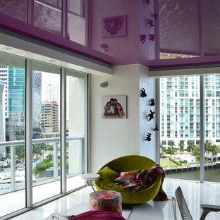 Immagine di un grande soggiorno minimalista chiuso con pareti bianche