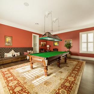 メルボルンのトラディショナルスタイルのおしゃれな独立型ファミリールーム (ゲームルーム、赤い壁、濃色無垢フローリング、壁掛け型テレビ、茶色い床) の写真