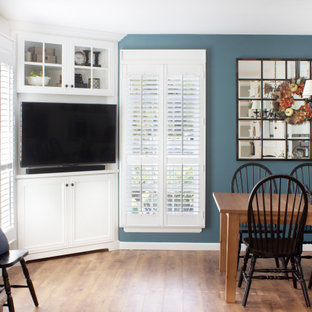 ニューヨークの小さいトランジショナルスタイルのおしゃれなオープンリビング (青い壁、無垢フローリング、コーナー型テレビ、茶色い床) の写真