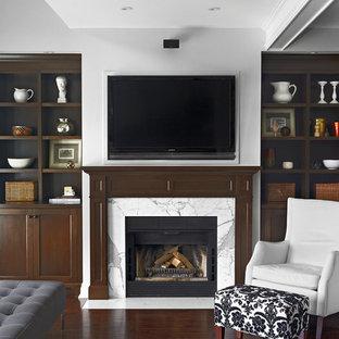 Foto di un soggiorno chic di medie dimensioni e chiuso con pareti bianche, parquet scuro, camino classico, cornice del camino piastrellata e TV a parete