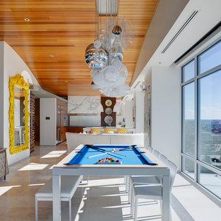 Ispirazione per un soggiorno contemporaneo di medie dimensioni e aperto con sala giochi, pareti bianche e pavimento in travertino