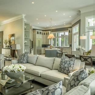 Mittelgroßes, Offenes Modernes Wohnzimmer mit grauer Wandfarbe, Porzellan-Bodenfliesen, Kamin, Multimediawand, braunem Boden und verputztem Kaminsims in Sonstige