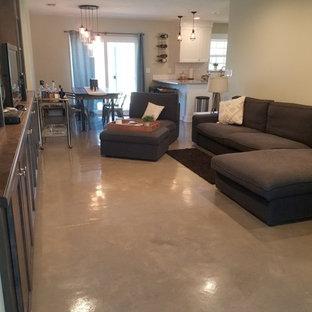 Diseño de sala de estar abierta, urbana, pequeña, con suelo de cemento, pared multimedia, suelo gris y paredes grises