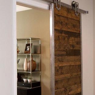Idéer för att renovera ett mellanstort industriellt avskilt allrum, med grå väggar, klinkergolv i porslin, en standard öppen spis, en spiselkrans i trä, en väggmonterad TV och grått golv