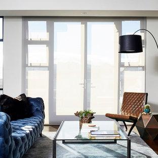 Inspiration för ett funkis allrum, med vita väggar, mörkt trägolv och en inbyggd mediavägg
