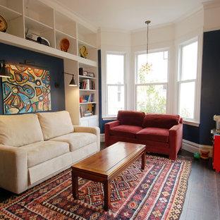 サンフランシスコのエクレクティックスタイルのおしゃれなファミリールーム (濃色無垢フローリング、青い壁) の写真