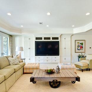 Свежая идея для дизайна: большая гостиная комната в стиле современная классика с бежевыми стенами, ковровым покрытием и мультимедийным центром - отличное фото интерьера