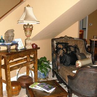 Foto de sala de estar con biblioteca abierta, de estilo zen, de tamaño medio, con paredes rosas y suelo de travertino